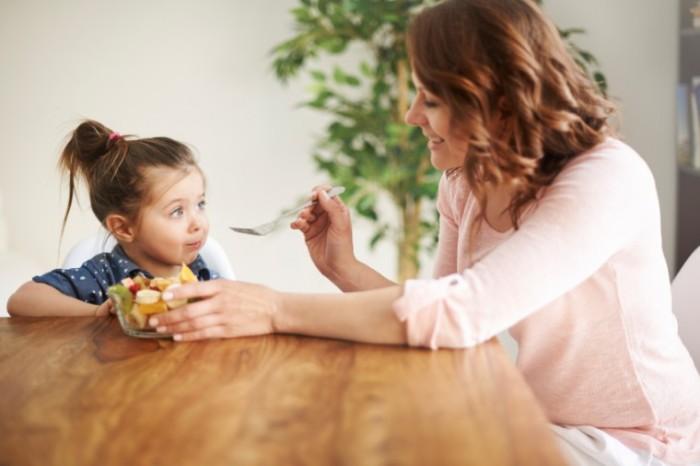 mom-feeding-girl